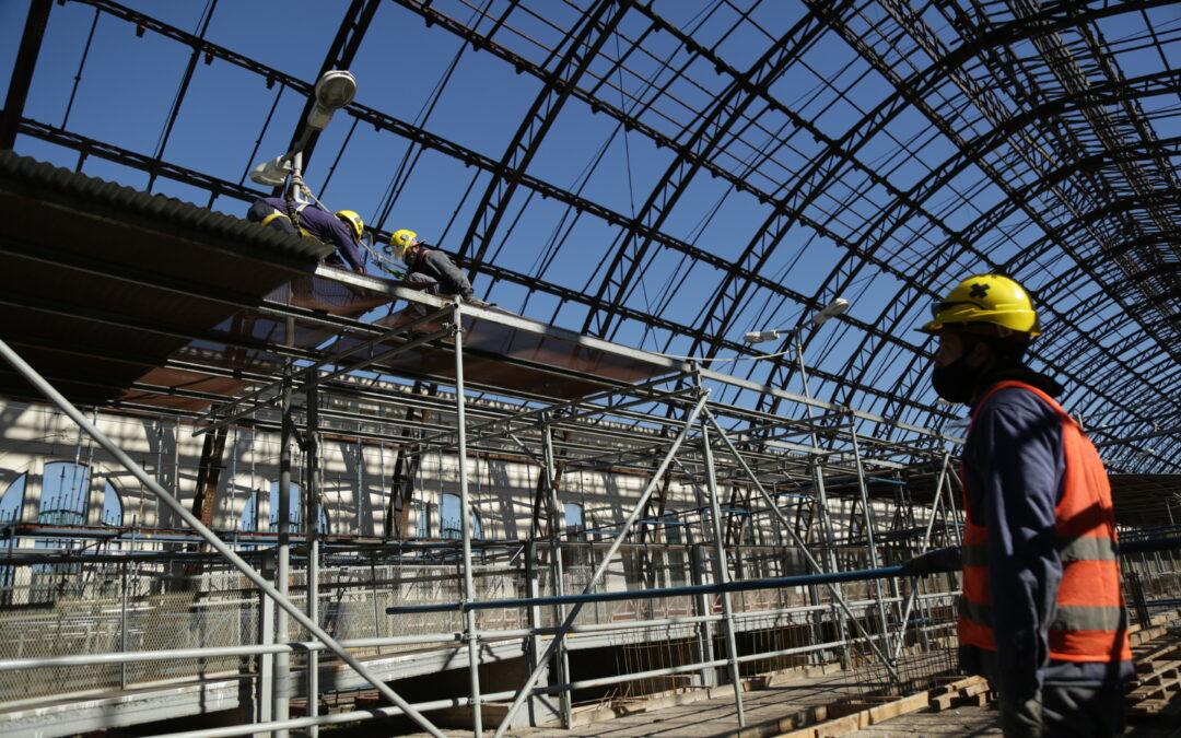 Después de 4 años a la intemperie, empezaron a techar la emblemática estación de trenes de La Plata