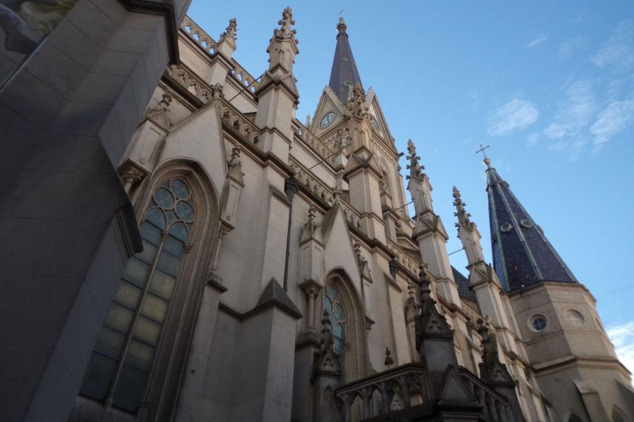 Milagro en la Catedral de Mar del Plata: joven cayó al vacío y se salvó