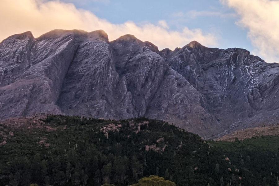 La nieve cubrió de blanco el Cerro Ventana y todo el cordón serrano