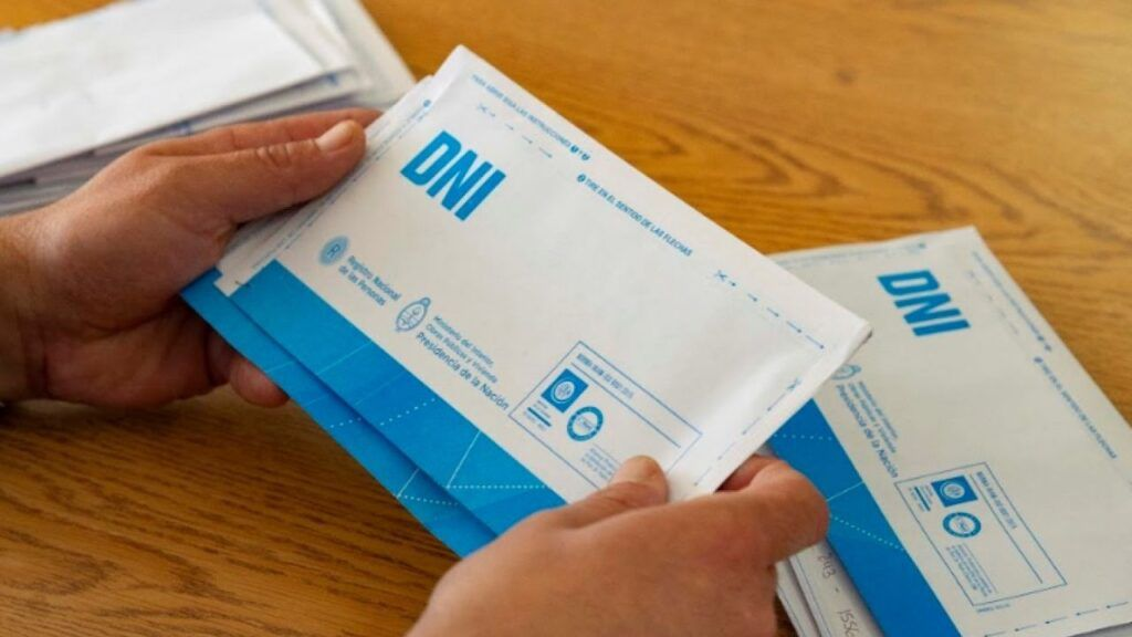 """Azul: denuncian a concejales del FdT por repartir cientos de DNI """"a domicilio"""" para hacer campaña"""