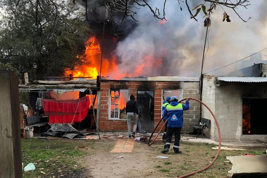 Una familia quedó en la calle tras incendiarse su vivienda en Burzaco