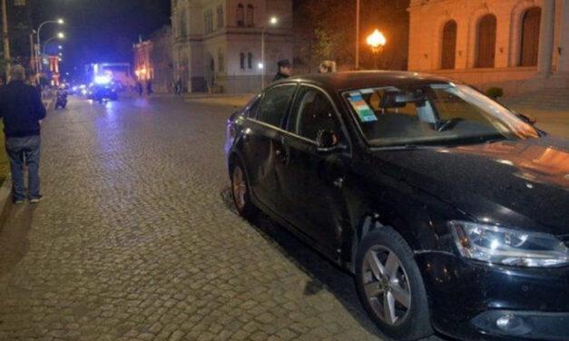 Video: el intendente de Tandil chocó contra una moto y un testigo le pateó el auto
