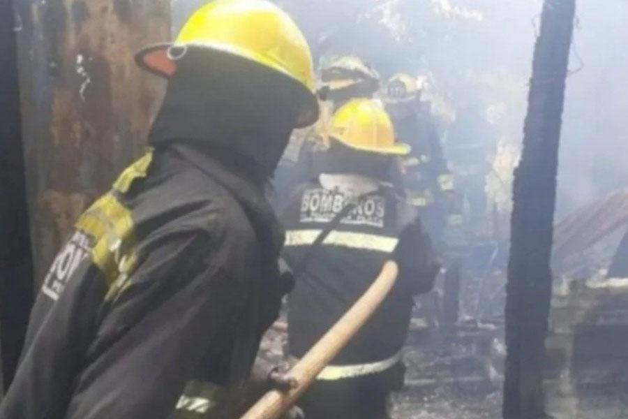 Insólito: denunció que tomó sol desnuda en su patio y las vecinas le prendieron fuego la casa