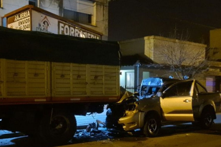 Tragedia en Coronel Pringles: un hombre murió tras impactar con un camión estacionado