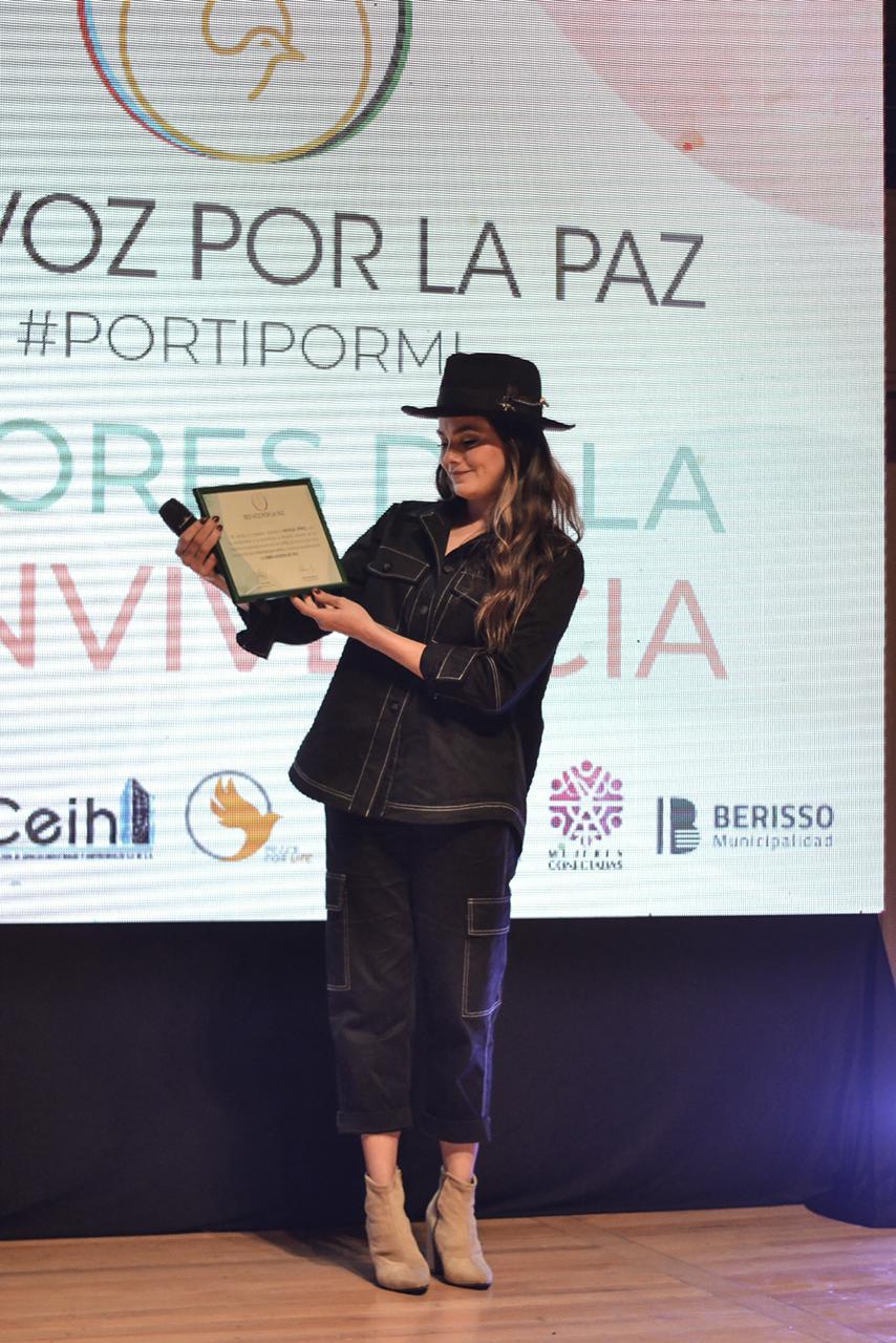Natalie Pérez tras recibir la distinción como Embajadora de Paz de la Red Vos por la Paz