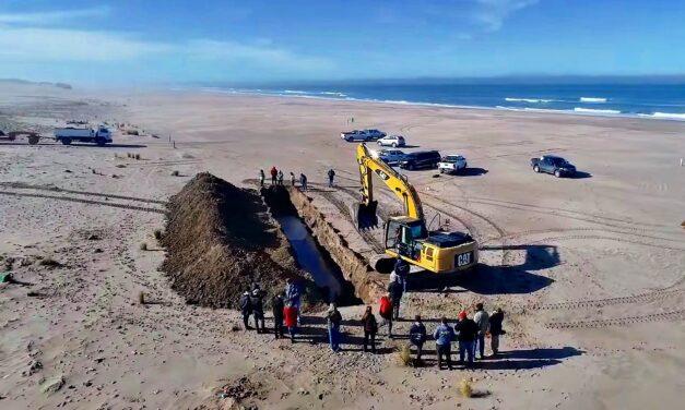 En San Cayetano hicieron un gran pozo en la playa para volver a enterrar las anclas halladas en febrero
