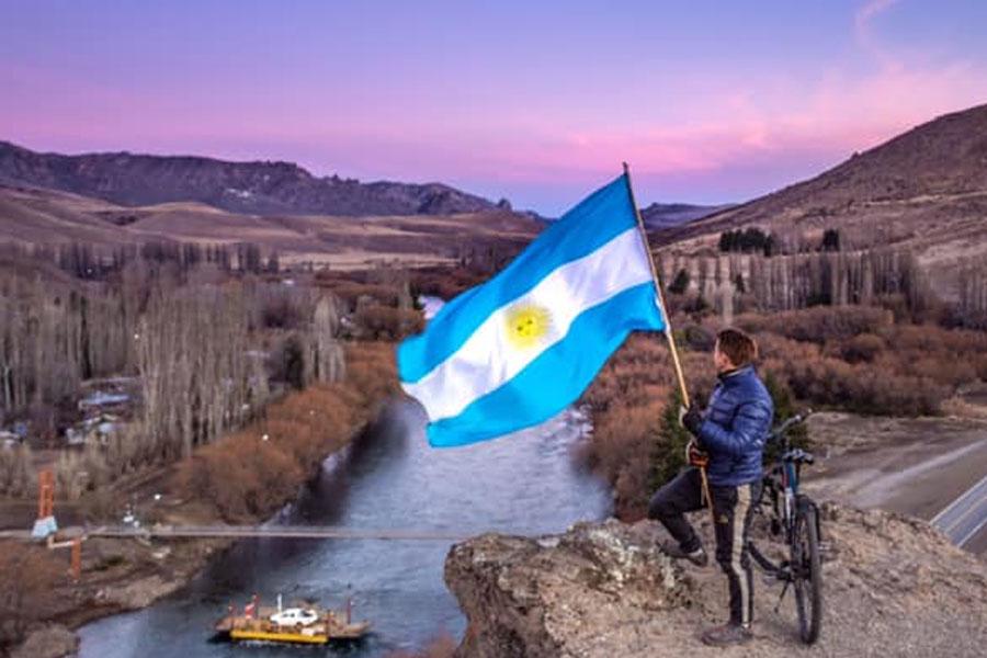 Nicolás Cacaccio en una de las postales que se sacó con la bicicleta