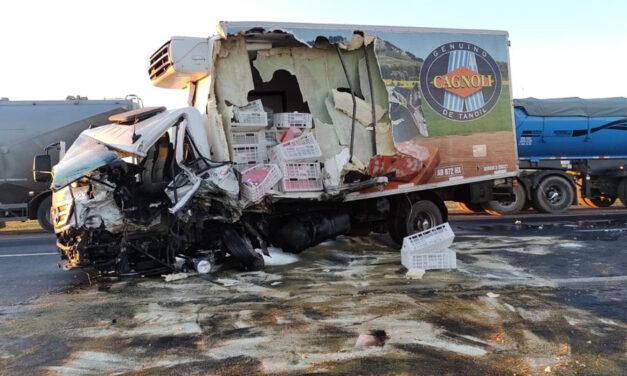 Chocó con un camión de salamines Cagnoli y terminó con la leche derramada: violento choque en Ruta 3