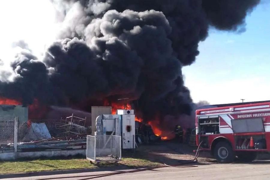Voraz incendio destruyó una planta de reciclado en el Parque Industrial de Coronel Suárez