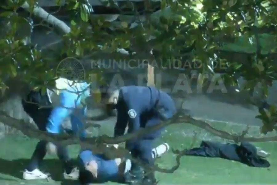 Vídeo: un joven en estado de ebriedad intentó suicidarse en pleno centro de La Plata