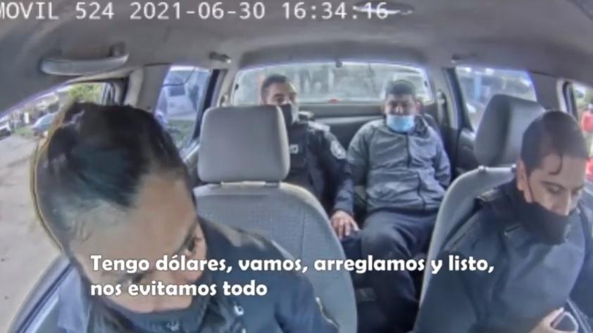 "Video insólito: un policía detenido por robar como ""motochorro"" quiso coimear a sus colegas"