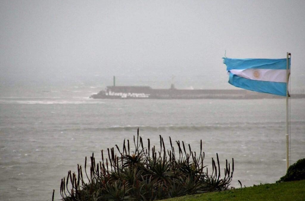 """El Servicio Meteorológico Nacional emitió una """"Alerta Naranja"""" por vientos de 100 Km/h para la Costa bonaerense"""