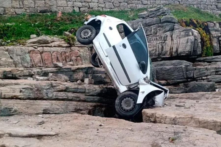 Despiste y milagro: un auto con una mujer a bordo cayó al vació en Mar del Plata y se incrustó contra las rocas