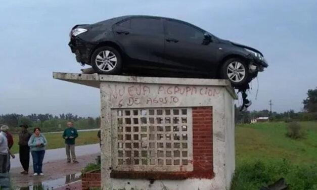 Insólito accidente: un auto voló y quedó arriba del techo de una parada de colectivo