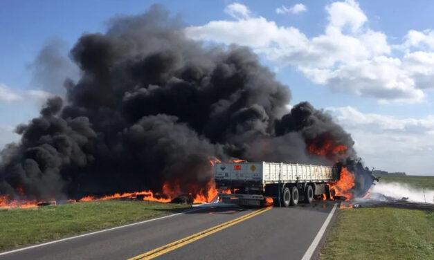 Tragedia en la Ruta 205: tres personas murieron calcinadas tras el choque de camiones