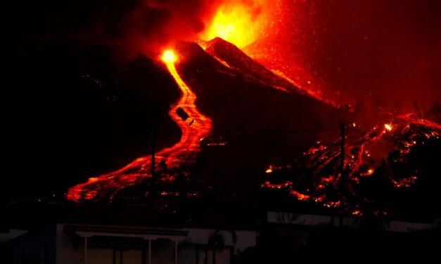Videos: erupción volcánica y un manto de lava de 6 metros arrasa una de las islas canarias