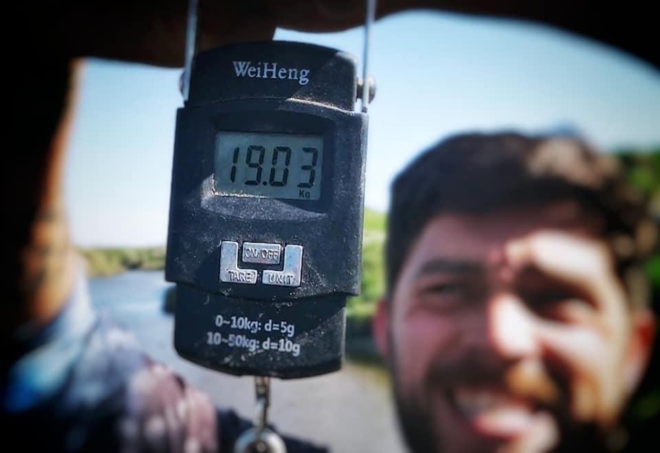 """VIDEO / Pescó una impresionante carpa de 19 kilos en el arroyo Tapalqué y marcó un nuevo récord de """"carpfishing"""" argentino"""