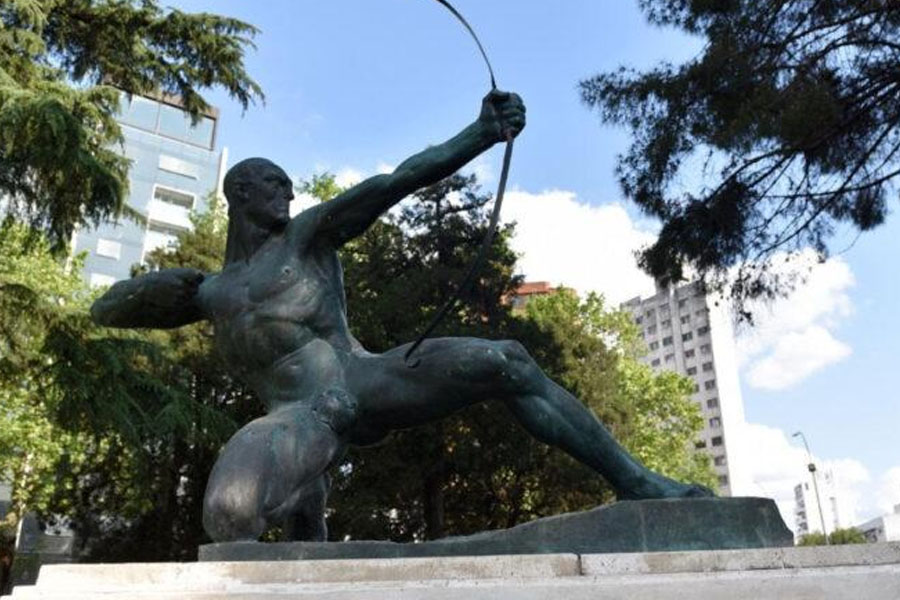 Tras 40 años, colocaron nuevamente el arco en la emblemática escultura de Hércules en La Plata