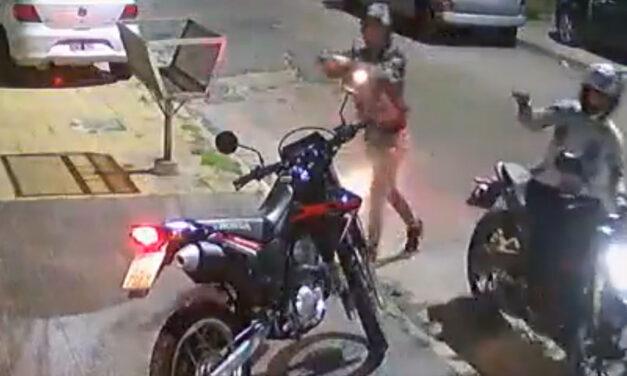 Imágenes sensibles.- Motochorros mataron de dos balazos en el pecho a un policía para robarle la moto en Caseros