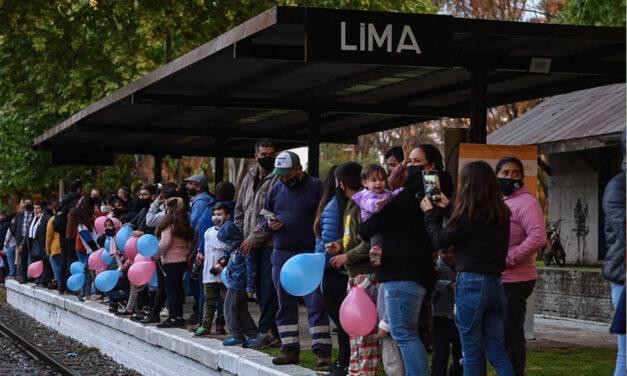 Luego de 30 años, el tren que une Buenos Aires con Rosario volvió a parar en la estación Lima