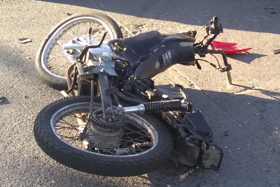VIDEO.- Conductor irresponsable en La Plata: pasó en rojo, atropelló a un motociclista y se fugó