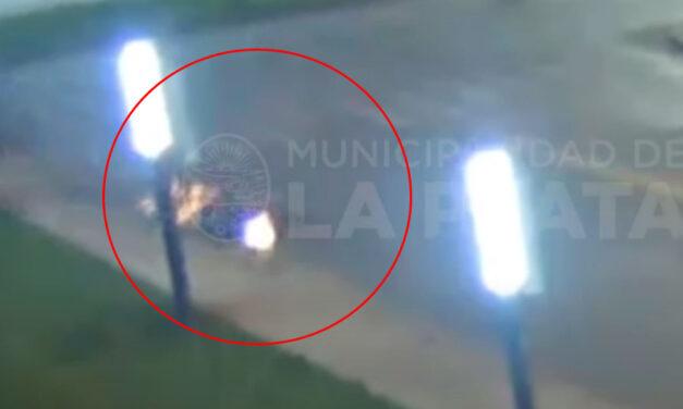 VIDEO.- Motociclista impactó contra un cordón, le sacó chispas y se salvó de milagro en La Plata