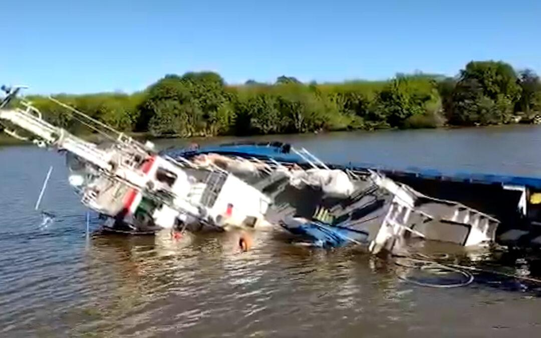 Videos: así fue el accidente en el Puerto La Plata que terminó con un barco remolcador hundido en minutos